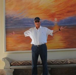 Herbert Ernst vor Bild Hotel Villa Padierna